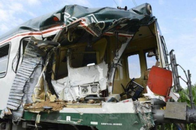 six morts dans collision entre un train et une voiture. Black Bedroom Furniture Sets. Home Design Ideas